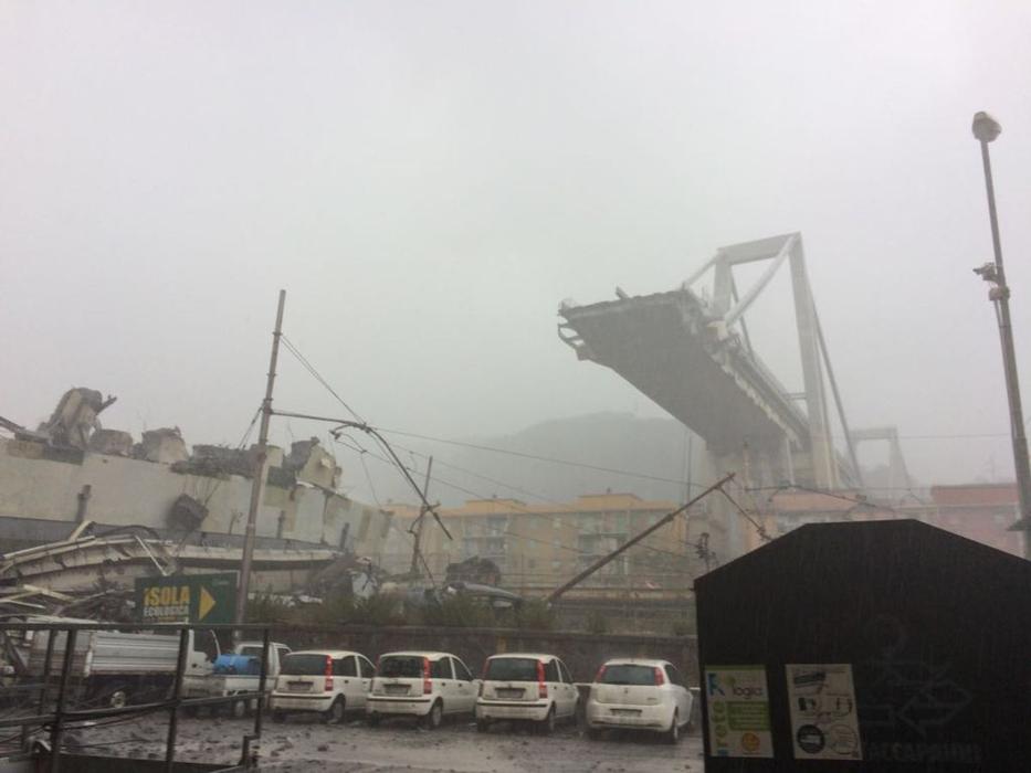 Под обломками моста в Генуе …