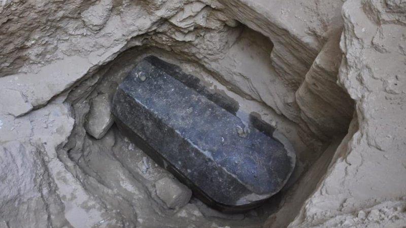 Британка требует разрешения выпить жидкость из найденного в Египте таинственного черного саркофага