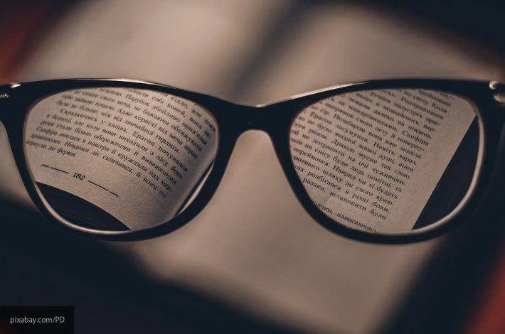 «Невидимые очки»: конфуз американского сенатора высмеяли в соцсетях