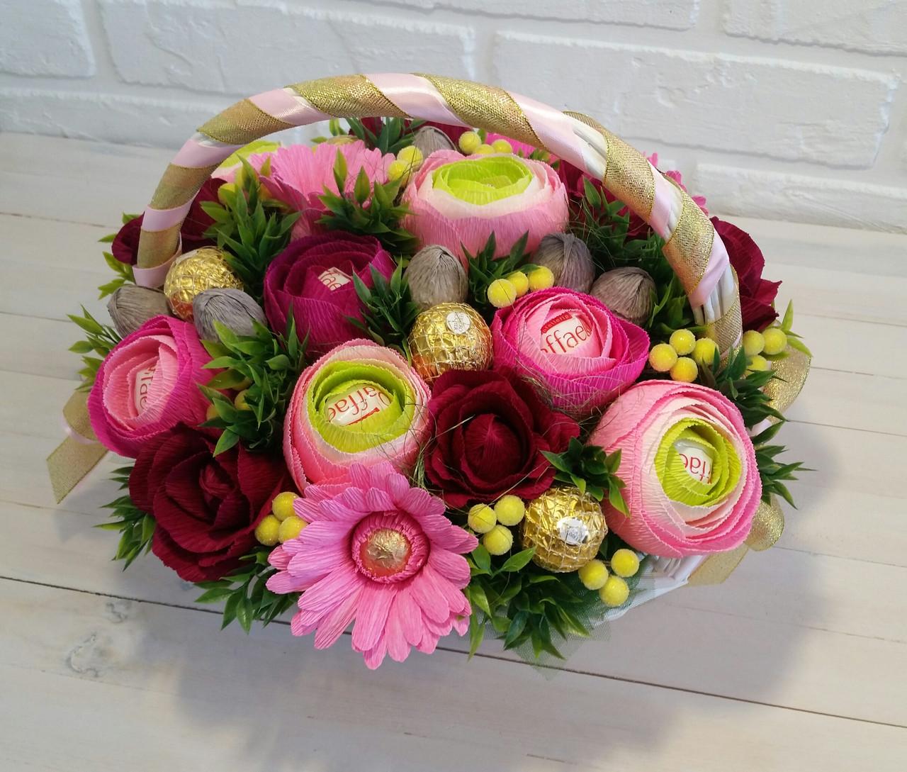 Фото букетов из цветов с конфетами