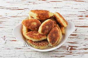 Жареные творожные пирожки с капустой готовы.