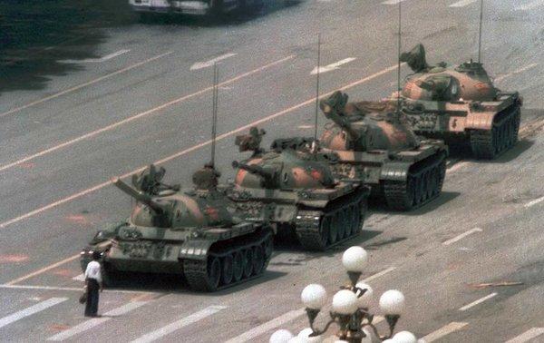 Неизвестный человек с авоськами сдерживает колонну из 19 танков
