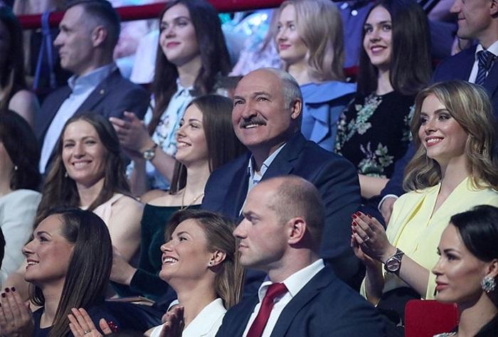 Лукашенко предложил победительнице конкурса «Мисс Беларусь» поработать в колхозе, и она согласилась