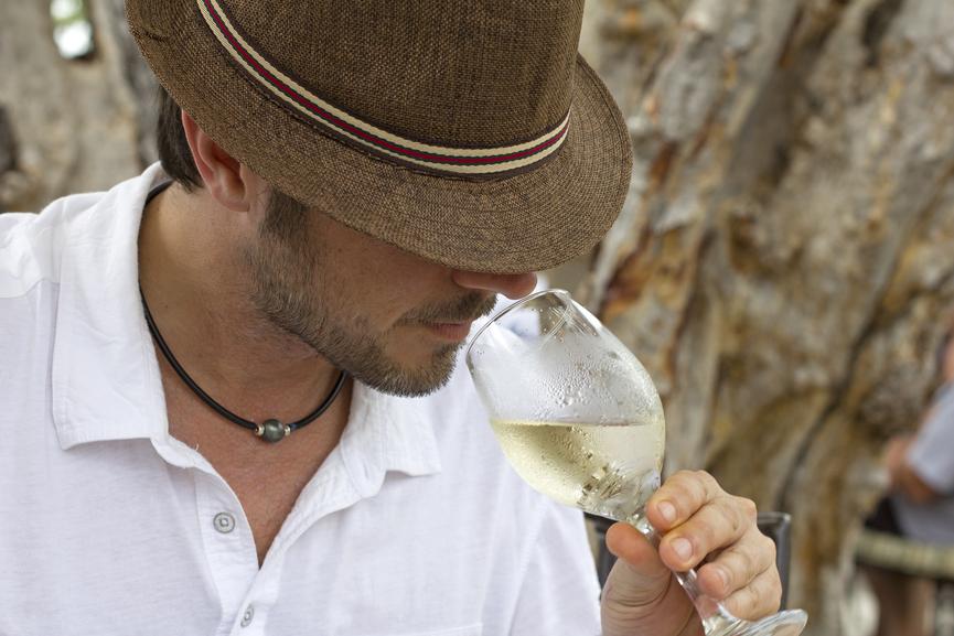 Белое вино хорошо смотрится только в солидном бокале