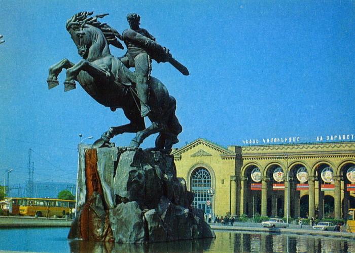 Памятник легендарному герою армянского национального эпоса XIII века.