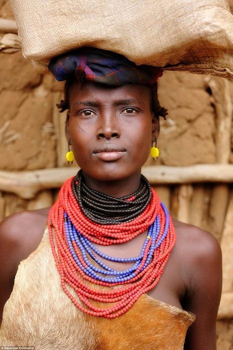 Традиционная одежда представительниц народа дасанеч состоит из шкур и ярких аксессуаров – бус, сережек и поясов.