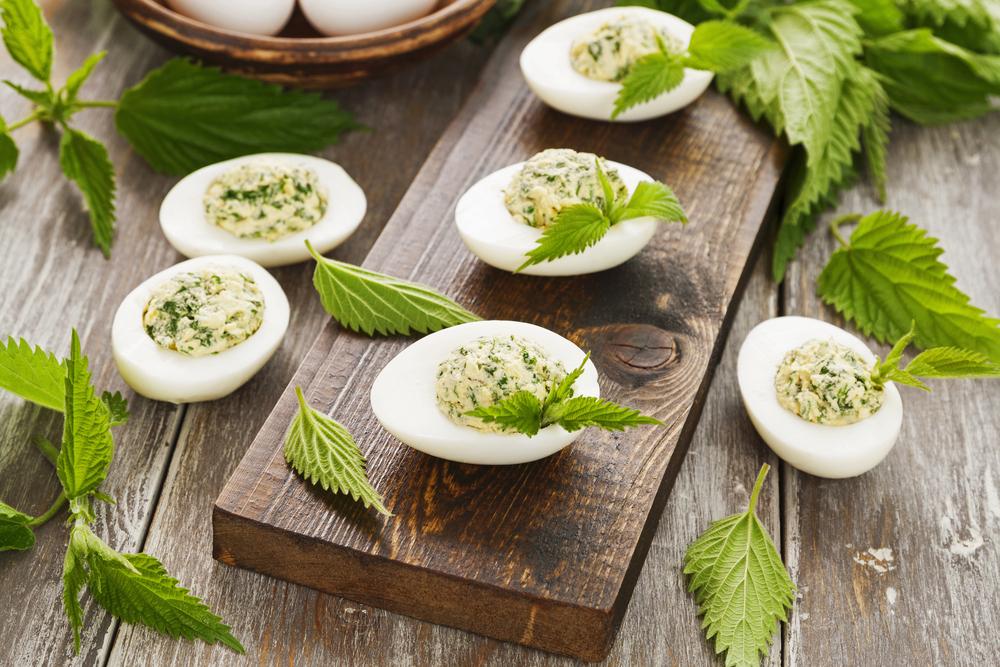 Яйца, фаршированные крапивой