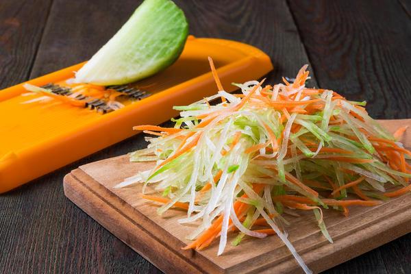 Корнеплоды лучше потереть на терке для корейской морковки