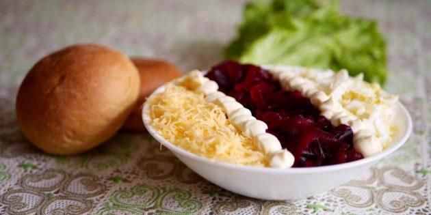 Салат из варёной свёклы с сыром, яйцами и черносливом