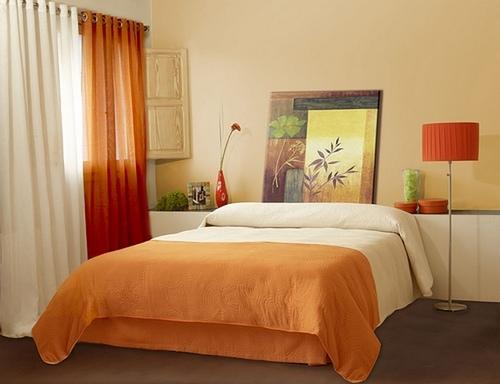 Оранжевые шторы в спальне
