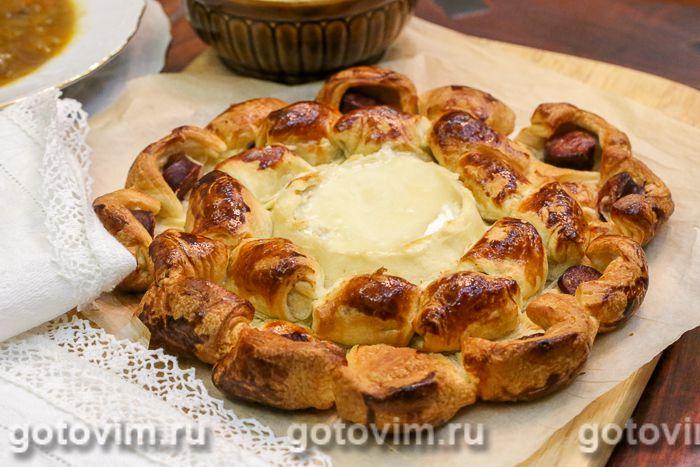 Пирог с запеченным сыром бри и колбасками