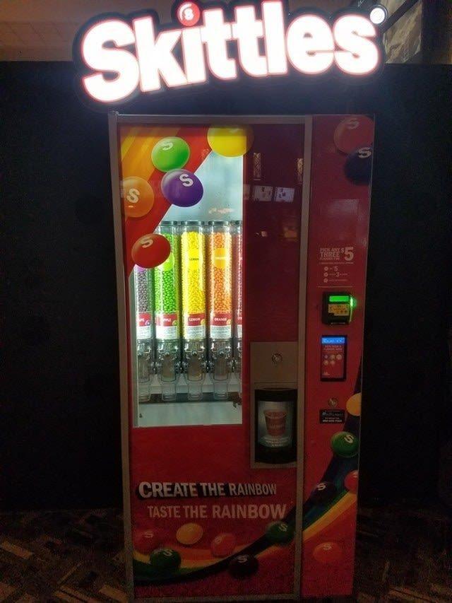 4. Этот выдает конфеты Skittles того цвета, какой вы пожелаете Вендинговые автоматы, С миру по нитке, вендинговый аппарат, вот это да!, до чего техника дошла, познавательно, торговые автоматы, торговый автомат