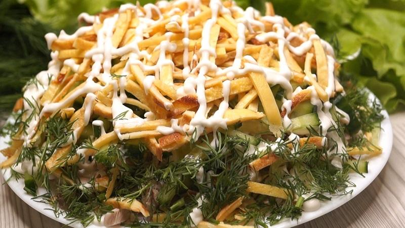 Как приготовить салат с блинчиками и отварной курицей