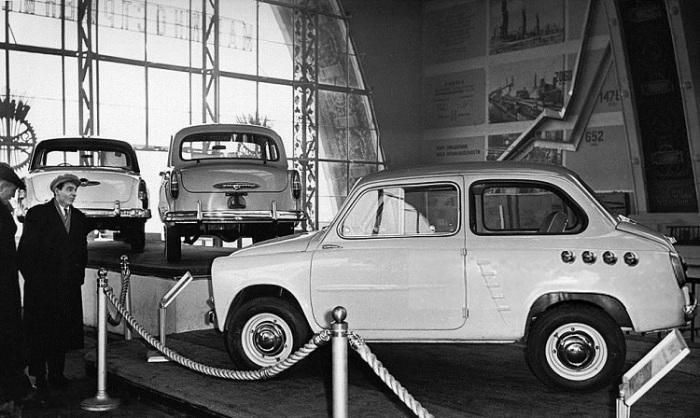 Демонстрация компактного автомобиля с самобытным дизайном в павильоне «Машиностроение» на ВДНХ в Москве.