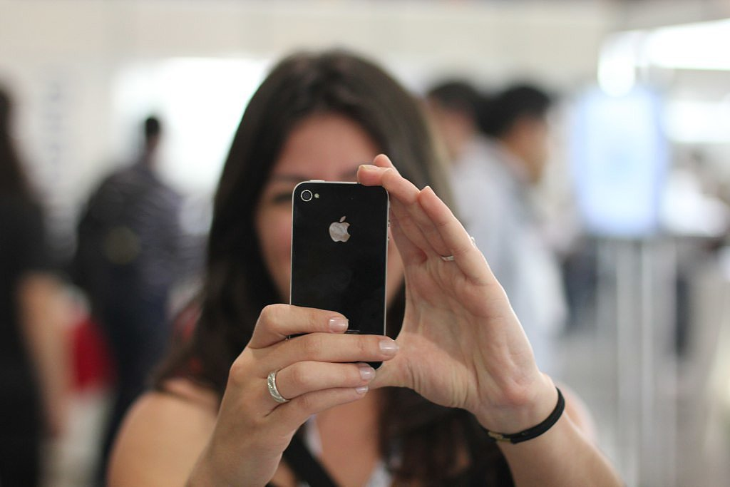 Нужно ли в России запретить  айфон и бурбон ? Опрос