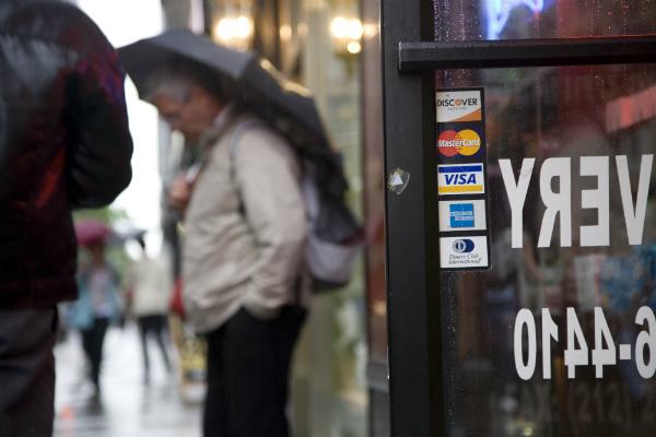 Жизнь в отключке: ЦБ готовится к работе без доступа к Visa и Mastercard