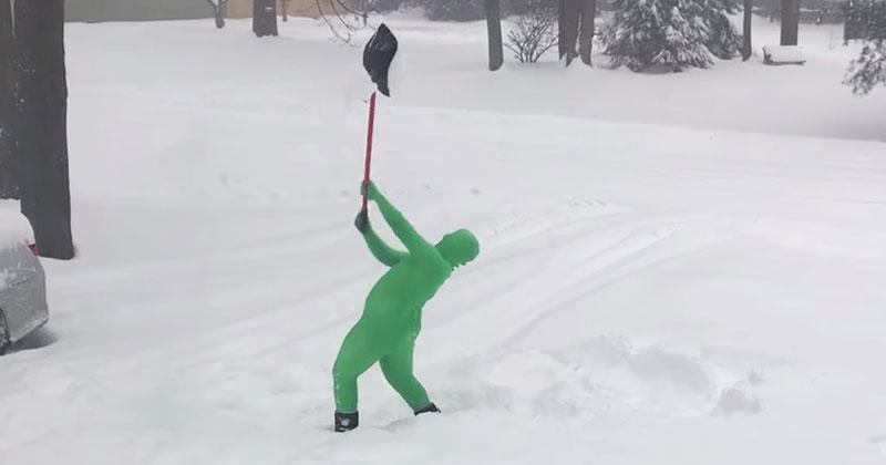 Родители попросили сына расчистить двор от снега. Его оригинальный способ прославил парня на всю Сеть!