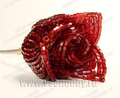 лепестки розы из бисера второго круга примотаны к стеблю нитками