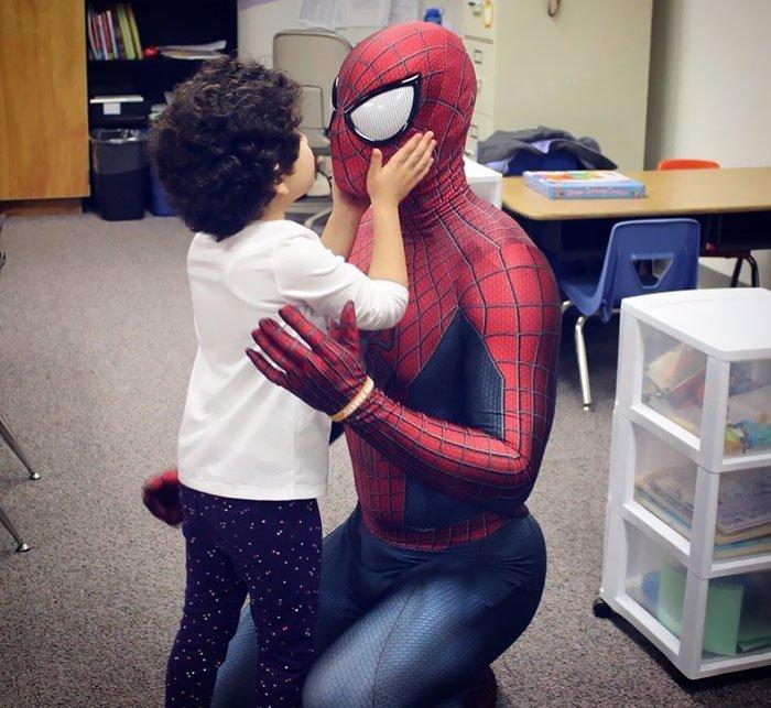 В ту ночь мужчине приснилась покойная бабушка, которая показала ему Человека-паука, утешающего больных детей болезнь, герой, история, костюм, мужчина, помощь, ребенок, человек паук