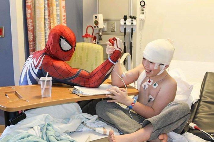 """""""Моя жизнь принадлежит детям, так что путешествие продолжается"""" болезнь, герой, история, костюм, мужчина, помощь, ребенок, человек паук"""