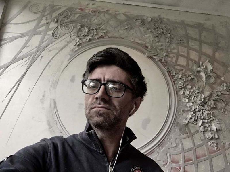 Художник использует древнюю технику, чтобы превращать стены в настоящие произведения искусства
