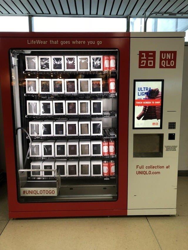 16. Торговый автомат в аэропорту, который продает недорогие куртки Вендинговые автоматы, С миру по нитке, вендинговый аппарат, вот это да!, до чего техника дошла, познавательно, торговые автоматы, торговый автомат