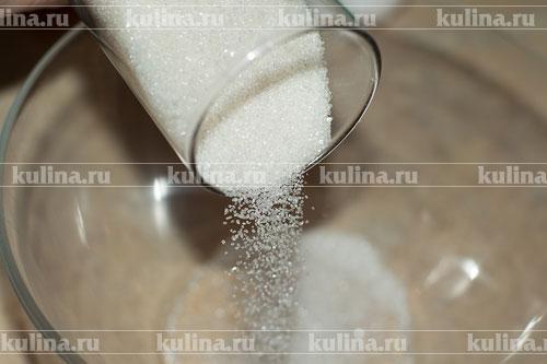 В миску насыпать сахарный песок.