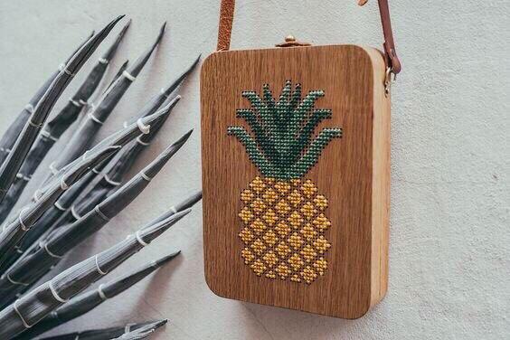 Деревянная вышитая сумочка