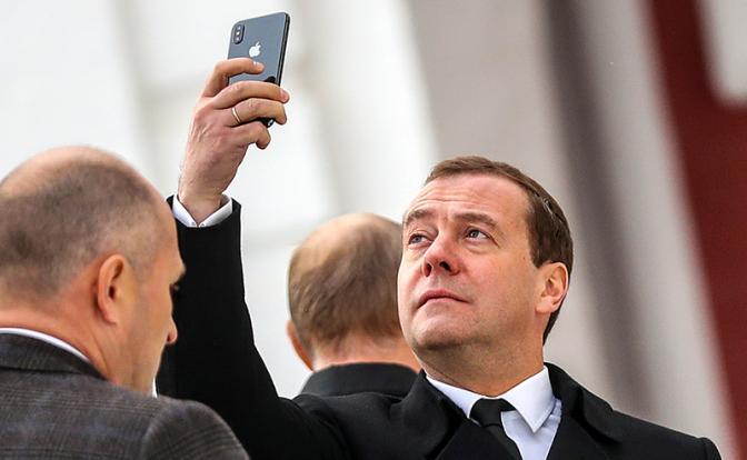 Медведева призвали разбить свой «айфон»