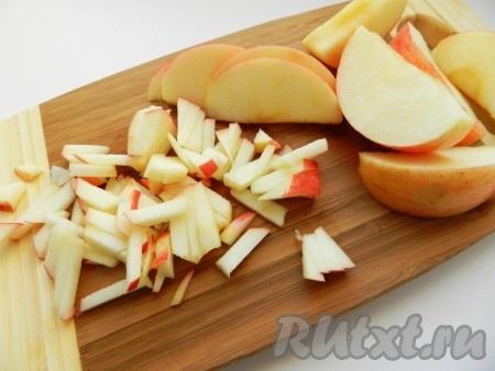 Соломкой нарезать яблоко для салата.