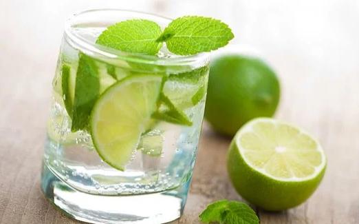 Почему полезно пить лимонную воду по утрам