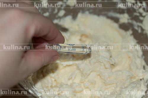 Выложить сыр и ромовый ароматизатор, перемешать крем до однородного состояния.