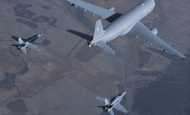 Огромный самолет заправляет одновременно два истребителя