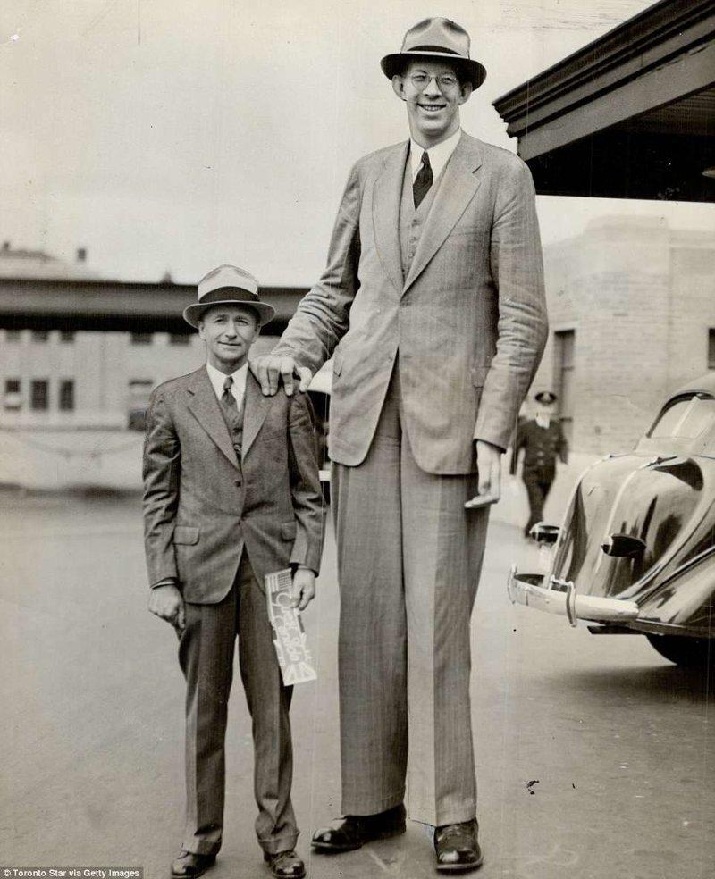 В 19 лет рост Роберта достиг уже 254 см. По сравнению с ним его отец со своими 180 см кажется лилипутом акромегалия, великан, опухоль, рекорд, рекорд гиннесса, рекордсмен Гинесса, самый высокий, самый высокий человек