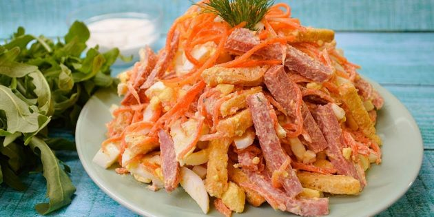 Салат с сухариками, колбасой, яйцами и корейской морковью