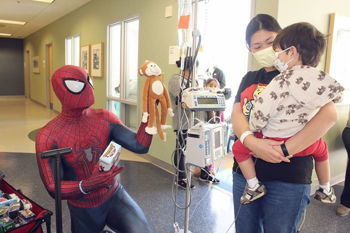 И Мена последовал ее наказу болезнь, герой, история, костюм, мужчина, помощь, ребенок, человек паук
