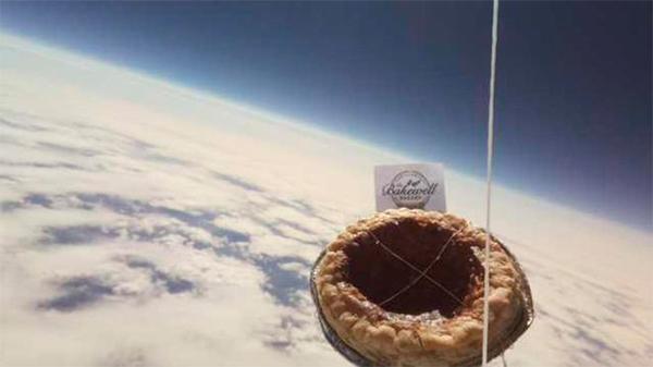 Британские школьники отправили пудинг в космос