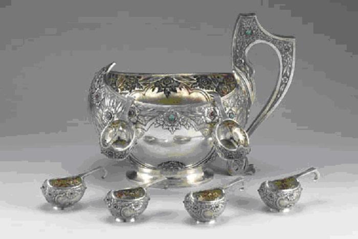 Большой серебряный ковш и шесть маленьких с чеканным лиственным узором