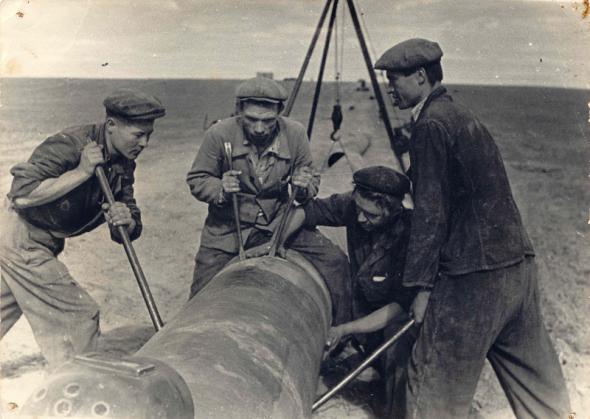Строительство газопровода Дашава-Москва. Украина была первой из республик СССР, которая добывала газ. В Дашаве (Львовская область — ред.) газ начали добывать еще в 20-х годах прошлого века. Тогда же был проложен газопровод Дашава-Дрогобыч. Затем, во время Второй Мировой войны, немцы начали строить газопровод от Дашавы через Польшу на Берлин, но войну они проиграли, и после войны тот газопровод был демонтирован, и проложен газопровод Дашава-Киев, потом — Дашава-Москва.