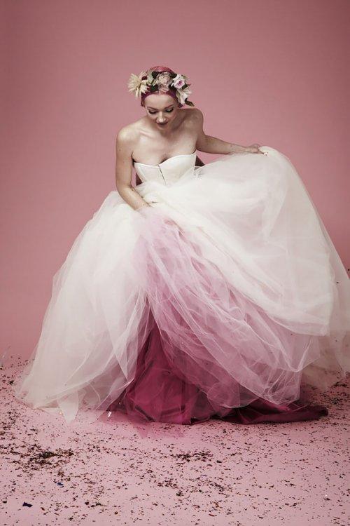 Новый тренд — свадебные платья с плавным цветовым переходом
