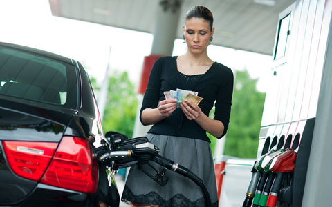 Цены на топливо снизят, а потом повысят. Обещают не сильно