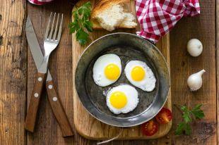 Холостяцкая или деревенская. 7 рецептов яичницы-глазуньи
