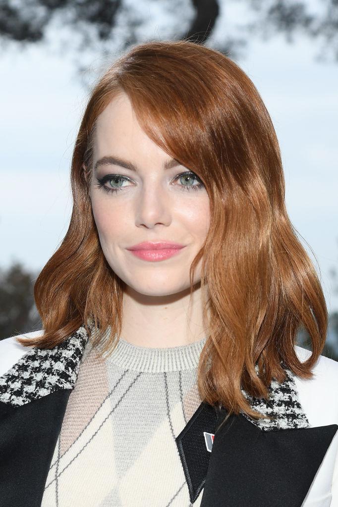 многослойная стрижка на средние волосы эмма стоун