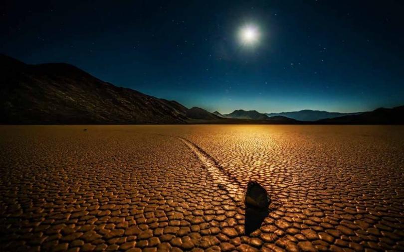 Движущиеся камни Долины Смерти (© Trey Ratcliff)