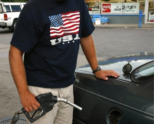 В США бензин стал стоить  дешевле молока