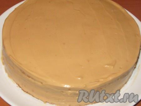 """Накрыть вторым бисквитом, также полить сиропом и смазать кремом верх и бока. Торт """"Ириска"""" убрать в холодильник для пропитки минимум на 2 часа."""