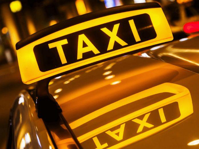 Парень вызвал такси к офису.…