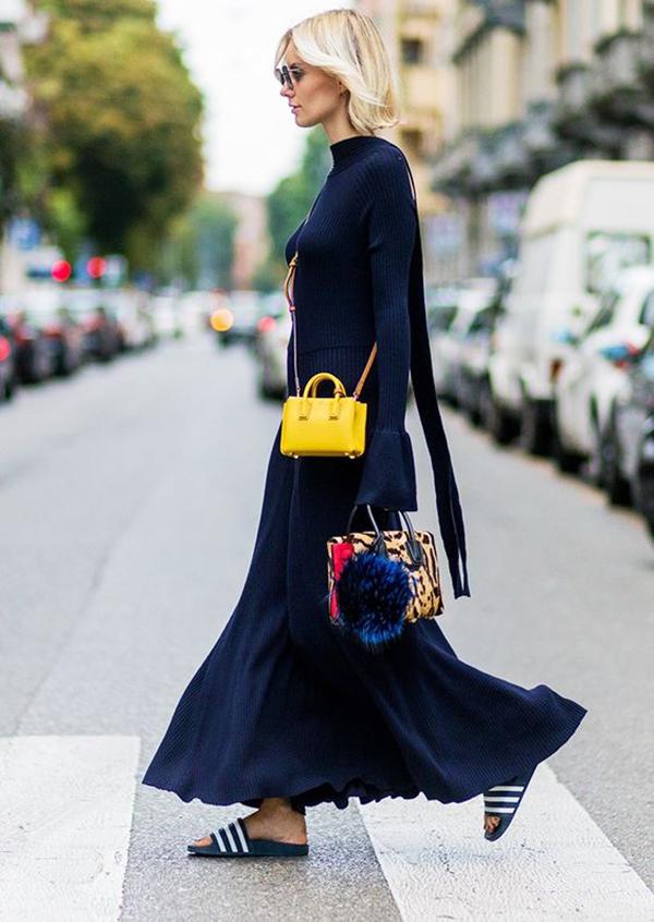 Девушка с маленькой сумочкой и в длинном платье