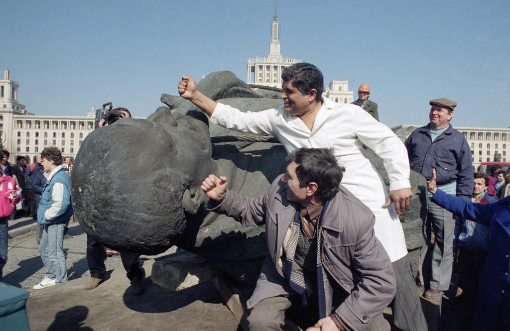 25-летняя фотохроника сноса памятников Ленину в бывших соцстранах