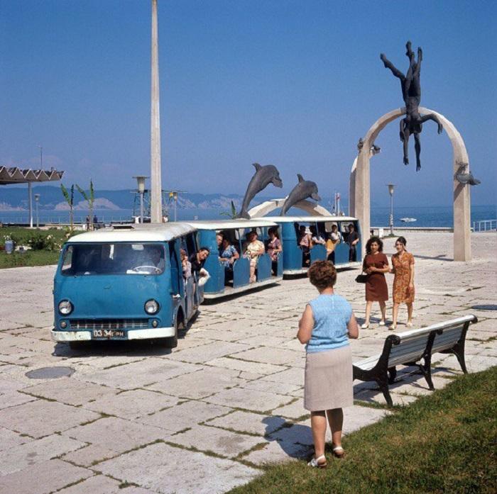 Необычный автопоезд, помогавший отдыхающим добираться от пансионатов к пляжу.
